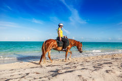 Девушка возглавляя назад к конюшням Стоковое Изображение RF