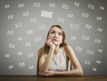 Девушка в белизне и письмах Стоковые Изображения