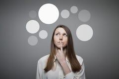 Девушка в белых и серых пузырях. Стоковые Изображения