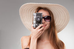 Девушка в обширн-наполненных до краев шляпе и солнечных очках с Стоковое Изображение RF