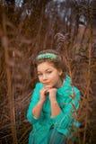 Девушка в огромных кустах Стоковые Фото