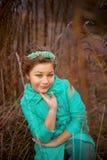 Девушка в огромных кустах Стоковые Изображения