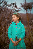 Девушка в огромных кустах Стоковая Фотография