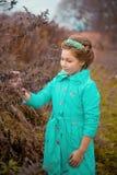 Девушка в огромных кустах Стоковое Фото