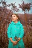 Девушка в огромных кустах Стоковые Фотографии RF
