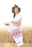 Девушка в поле пшеницы Стоковое Изображение
