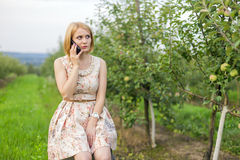 Девушка говоря на телефоне Стоковая Фотография