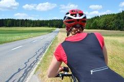 Девушка ехать велосипед Стоковые Фотографии RF