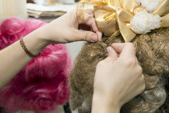 Девушка делая стиль причёсок Стоковое фото RF