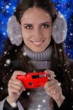 Девушка зимы с камерой Стоковое Изображение RF
