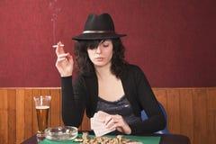 девушка играя детенышей покера Стоковые Фото
