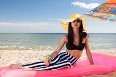 Девушка имеет остатки на пляже Стоковая Фотография RF