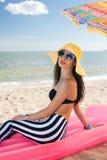Девушка имеет остатки на пляже Стоковое фото RF