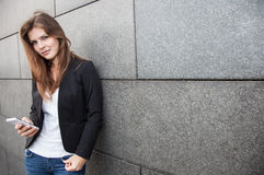 Девушка используя ее smartphone Стоковое Фото