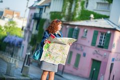 Девушка ища направление в Париже Стоковые Фото