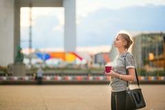 Девушка идя на оборону Ла в Париже Стоковые Фотографии RF