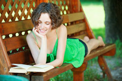 девушка книги outdoors Стоковое Изображение
