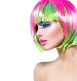 Девушка красоты с красочными покрашенными волосами Стоковое Изображение