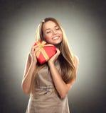 Девушка красоты с подарком валентинки Стоковые Изображения RF