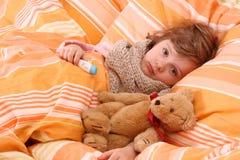 девушка кровати немногая больное Стоковая Фотография