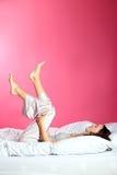 девушка кровати ослабляя Стоковое фото RF