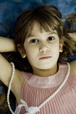 девушка кровати отчаянная немногая лежа Стоковые Фотографии RF