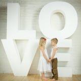 девушка мальчика меньшяя влюбленность Стоковые Изображения RF