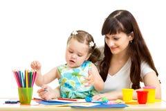 Девушка матери и ребенк рисует совместно Стоковые Фотографии RF