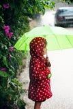 девушка меньший гулять дождя Стоковое Изображение