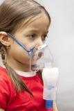 девушка меньший nebulizer Стоковое фото RF