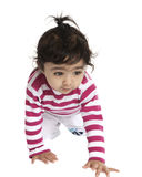 девушка младенца вползая милая изолировала портрет w Стоковое фото RF