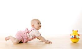 девушка младенца вползая Стоковые Изображения RF