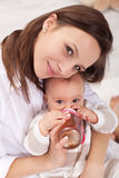 девушка младенца выпивая Стоковое Изображение