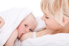 девушка младенца кормя грудью ее мать Стоковое Изображение