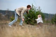 девушка младенца первая она делая шаги Стоковое Изображение RF