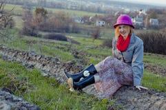 Девушка на ландшафте природы Стоковое Фото