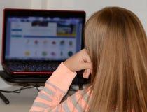 Девушка на столе компьютера Стоковые Изображения RF