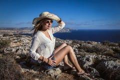 Девушка нося широкую шляпу Стоковое Фото