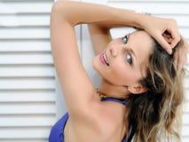 девушка около сексуального окна белизны лета Стоковое Фото