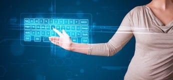 Девушка отжимая фактически тип клавиатуры Стоковые Фото