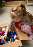 Девушка одевая рождественскую елку Стоковое фото RF