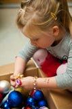 Девушка одевая рождественскую елку Стоковое Изображение RF