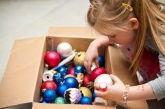 Девушка одевая рождественскую елку Стоковая Фотография