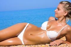 девушка пляжа ослабляя сексуальных детенышей Стоковая Фотография