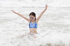 девушка потехи имея меньшее море Стоковая Фотография