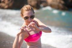 Девушка представляя на пляже Стоковая Фотография RF