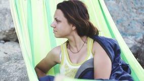 Девушка просыпает вверх в гамаке Стоковая Фотография RF