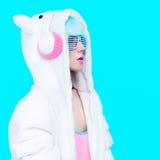 Девушка плюшевого медвежонка моды на голубой предпосылке Стоковые Изображения RF