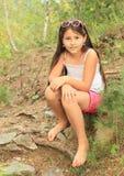Девушка сидя на земле Стоковое Изображение