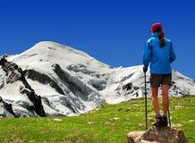 Девушка смотря Mont Blanc Стоковое фото RF